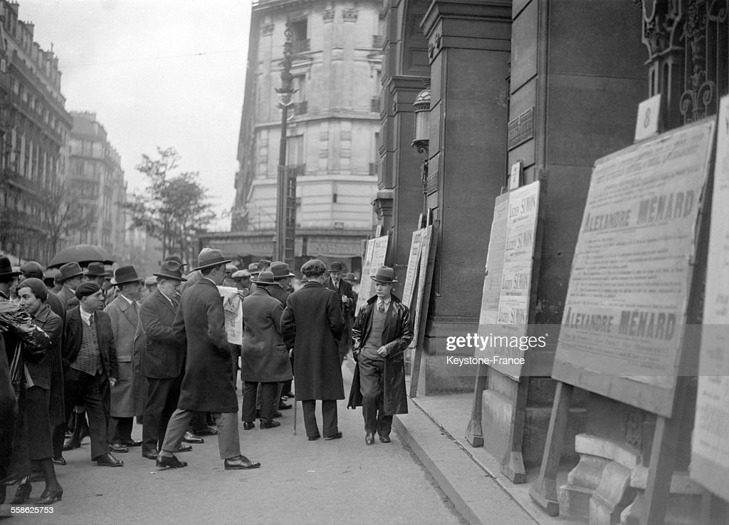 Foule devant un bureau de vote à paris france le 1 mai 1932. news