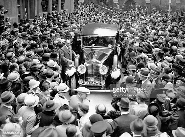 Foule entourant la voiture emmenant la princesse royale Mary du Royaume-Uni et son fils George Lascelles lorsqu'il quittèrent l'abbaye de Westminster...