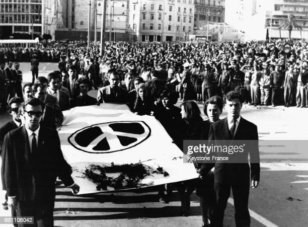 Foule immense pour les funérailles de Grigoris Lambrakis assassiné à Athènes Grèce le 28 mai 1963