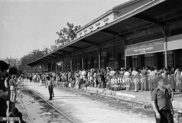 Foule à la gare d'Athènes après le chute du régime des colonels le 20 juillet 1974Grèce