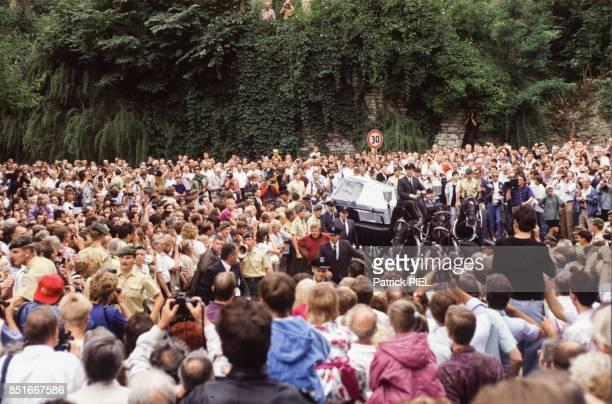 Foule venue assister à la cérémonie officielle pour le retour du cercueil du roi Frédéric II de Prusse Frédéric le Grand au Château de SansSouci à...