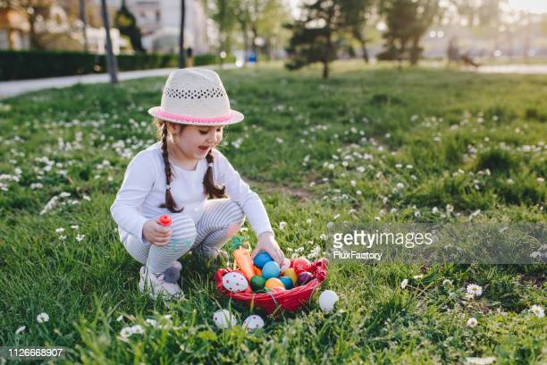 i found it! - easter egg hunt stock pictures, royalty-free photos & images