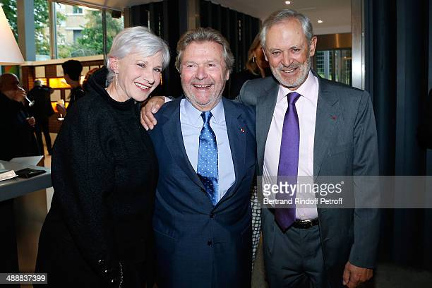 Founder of 'Fondation Cartier' Alain Dominique Perrin standing between Guy de Panafieu and his wife Francoise de Panafieu attend the 'Fondation...