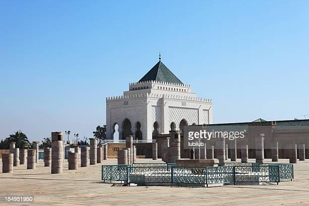 Fontaine et les colonnes par le Mausolée de Mohammed V du Maroc.