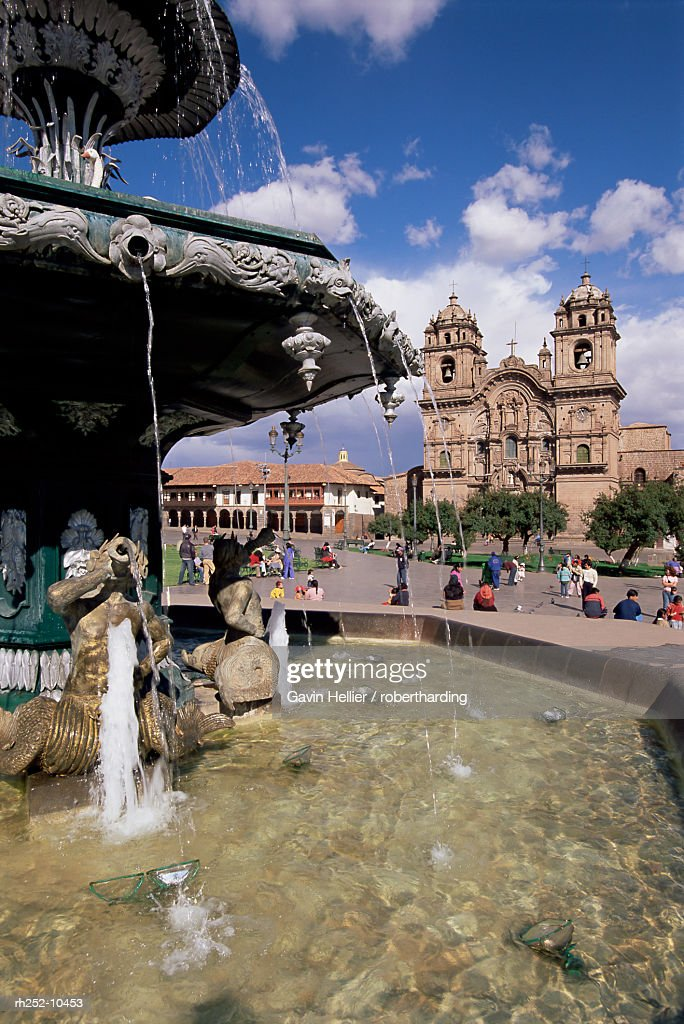 Fountain and the Christian cathedral beyond, Cuzco Ciity (Cusco), UNESCO World Heritage Site, Peru, South America : Foto de stock