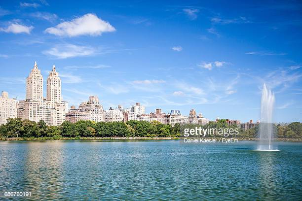 fountain at jacqueline kennedy onassis reservoir in central park against sky - central park reservoir stock pictures, royalty-free photos & images