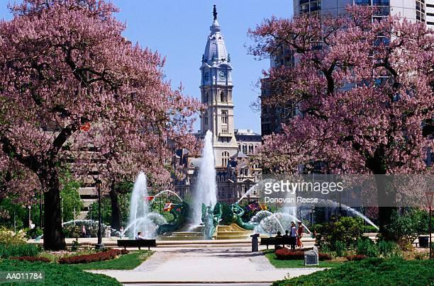 fountain below philadelphia city hall - benjamin franklin parkway fotografías e imágenes de stock