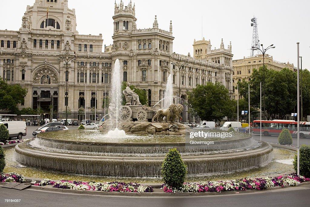 Fountain in front of a government building, Cibeles Fountain, Palacio De Comunicaciones, Plaza de Cibeles, Madrid, Spain : Foto de stock