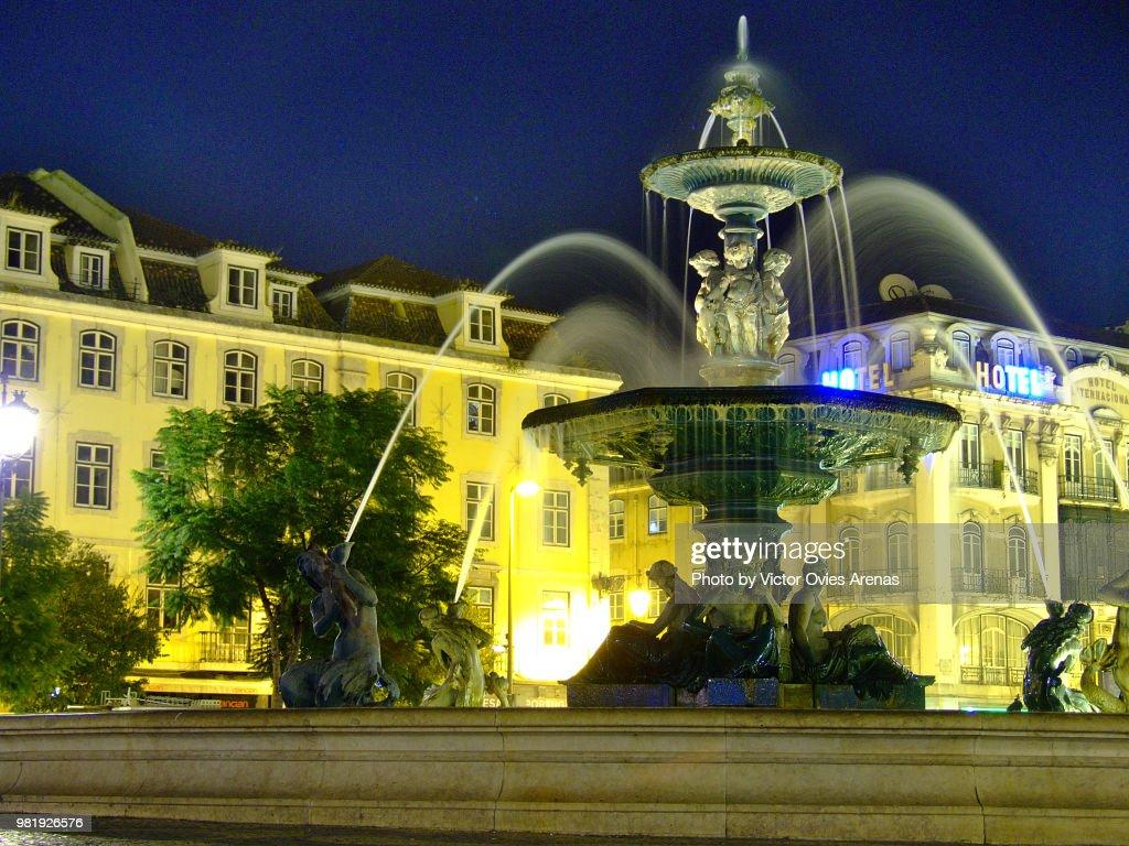 Fountain in Praça do Rossio, Square, at night in Lisbon, Portugal : Foto de stock
