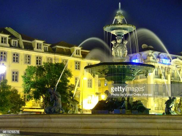 fountain in praça do rossio, square, at night in lisbon, portugal - victor ovies fotografías e imágenes de stock