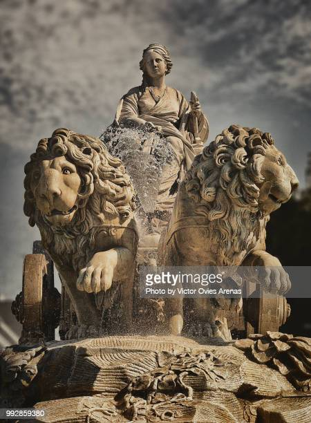fountain of cibeles. sculpture of cybele greek goddess on a chariot pulled by lions in madrid, spain - victor ovies fotografías e imágenes de stock
