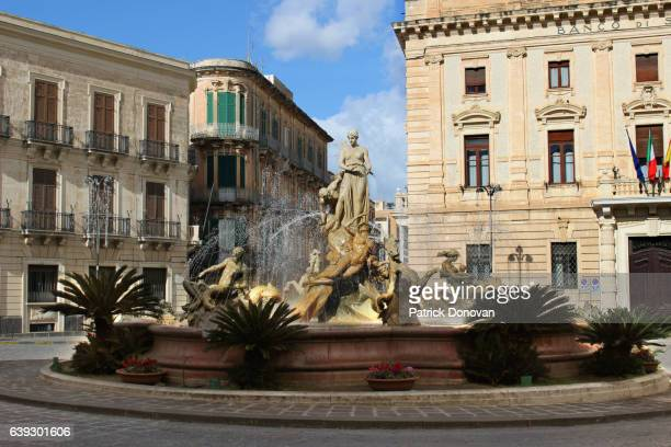 fountain of diana, syracuse, sicily, italy - archimedes stock pictures, royalty-free photos & images