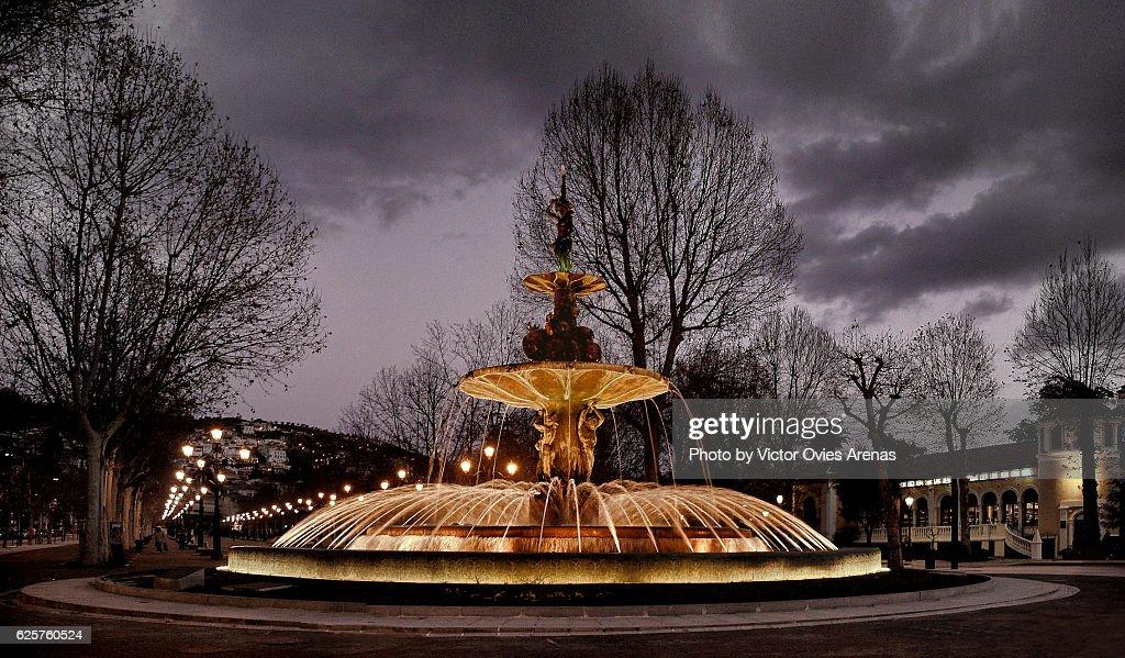 Fountain of the Pomegranates (Fuente de las Granadas) lit at twilight in Granada, Andalusia, Spain : Foto de stock