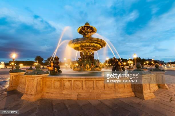 fountain of the seas at dusk - place de la concorde - paris - place de la concorde stock pictures, royalty-free photos & images