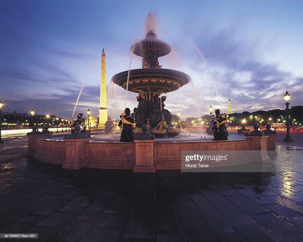Fountain on Place de la Concorde square at night : Foto stock