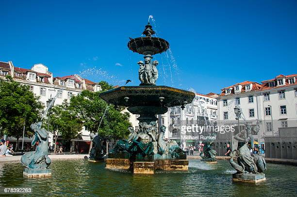 fountain on the rossio square (pedro iv square), lisbon, portugal, europe - ロッシオ広場 ストックフォトと画像