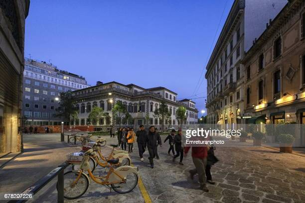 fountain square and local police headquarters at sunset,milan. - emreturanphoto stock-fotos und bilder