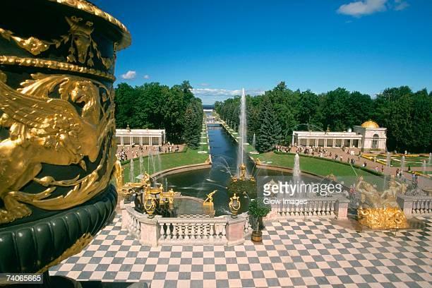 fountains in the garden of a palace, peterhof grand palace, st. petersburg, russia - groot paleis peterhof stockfoto's en -beelden