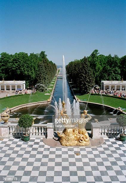 fountains in the garden of petrodvorest palace, st. petersburg, russia - groot paleis peterhof stockfoto's en -beelden