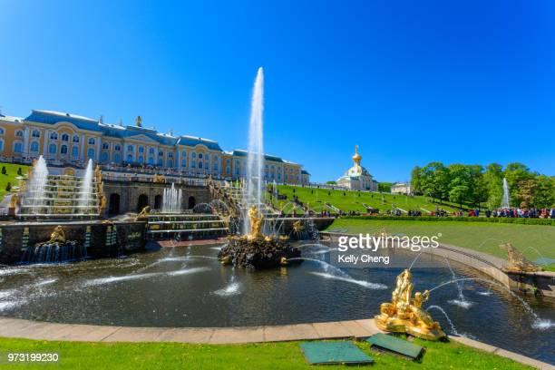 fountains of lower garden of peterhof - gran palacio peterhof fotografías e imágenes de stock