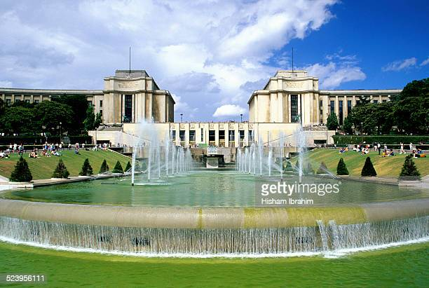 fountains of the trocadero gardens - esplanade du trocadero stock pictures, royalty-free photos & images