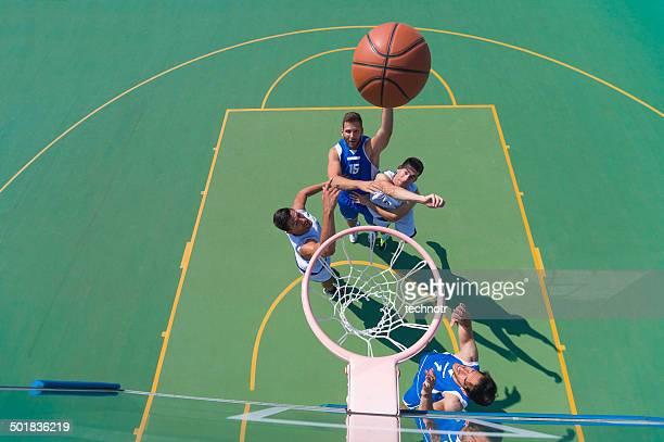 Quatre joueurs de basket dans l'Action