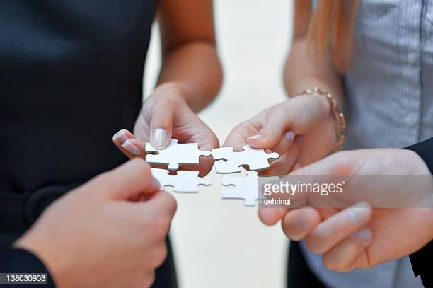 Quatro pessoas de negócios com Quebra-cabeça