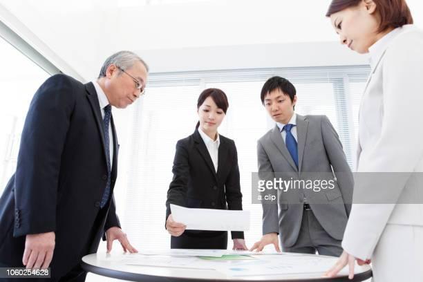 会議をするビジネスマン4人