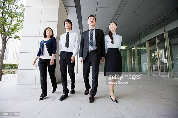4 つのビジネスマンの歩道