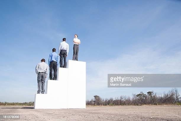 4 つのビジネスマンの屋外に立っているステップ