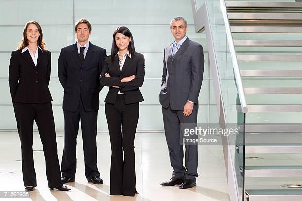 4 お仕事仲間との - 後ろ手 ストックフォトと画像