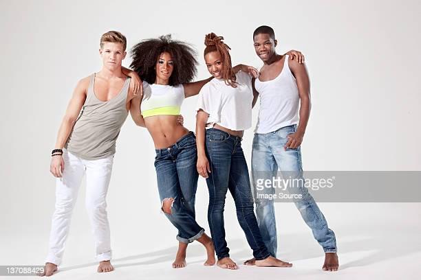 quatro dançarinos relaxar, lado a lado - quatro pessoas - fotografias e filmes do acervo