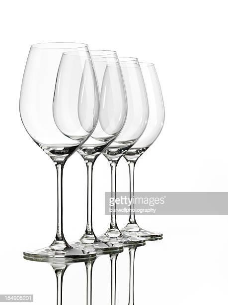 4 つの空の背景に白ワイングラス