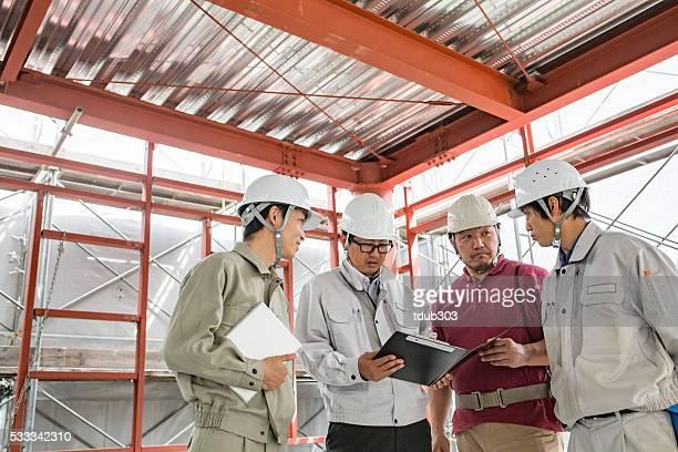 4 エンジニアーズした建物の建設現場でのミーティング