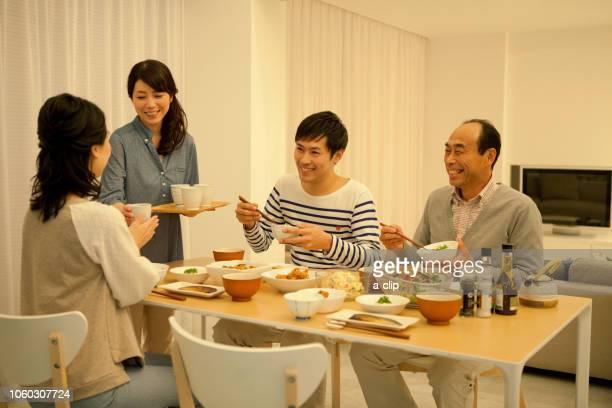 夕食をとる家族4人 - evening meal ストックフォトと画像