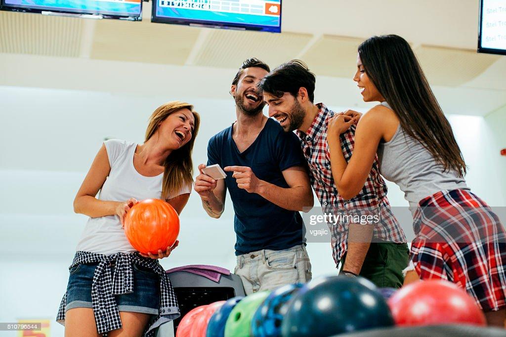 Vier Freunde Bowling zusammen. : Stock-Foto