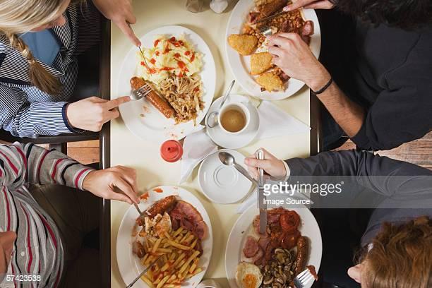 Quatre amis se restaurer au cafe