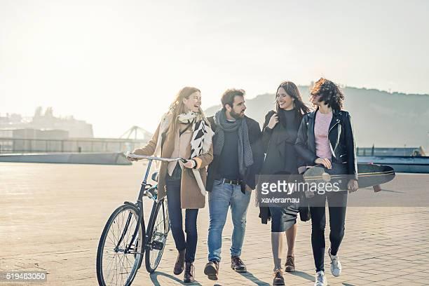 Vier Freunde hängen in der Stadt