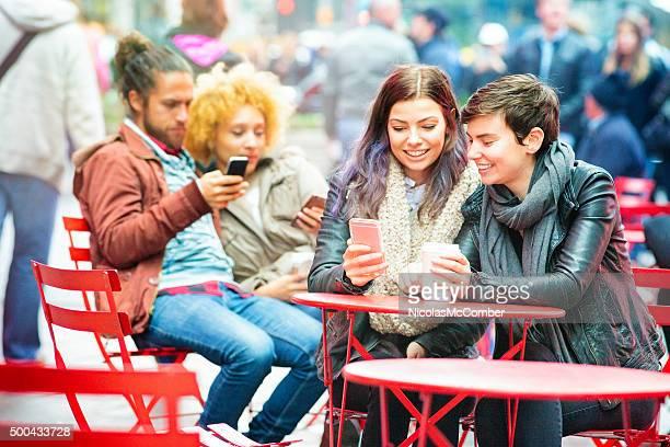 Vier Freunde du jede andere SMS im Freien