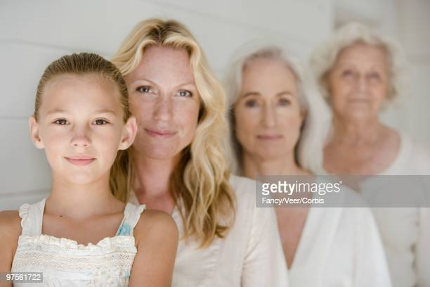 four generations of women - quatre personnes photos et images de collection