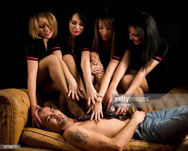Vier Mädchen berühren sexy Mann