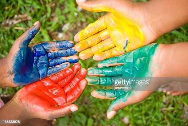 Quatre mains de couleurs et de Peinture au doigt