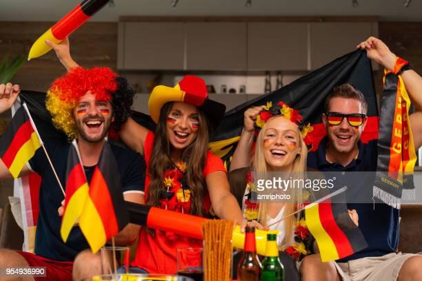 vier glückliche deutsche Fußball-fans