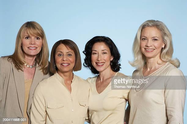 four mature women standing side by side, smiling, portrait - blusa bege - fotografias e filmes do acervo