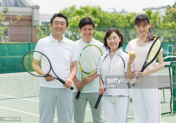 テニスコートに立つ男女4人 - sport venue ストックフォトと画像