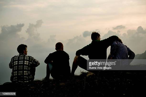 four men on the ridge of a mountain - quatro pessoas - fotografias e filmes do acervo