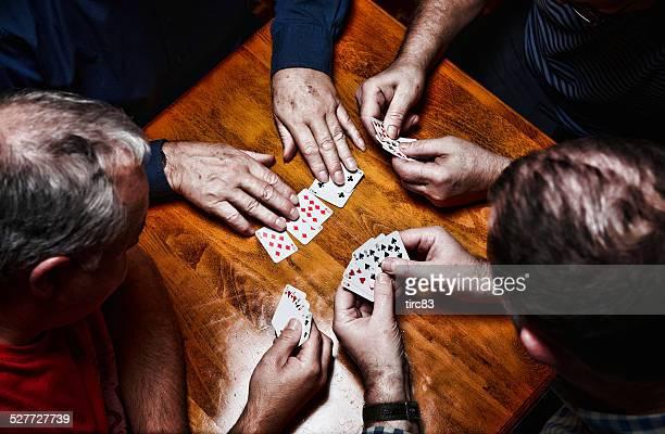 Vier Männer spielt poker