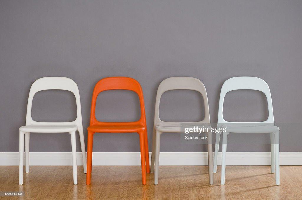 Vier moderne Kunststoff-Stühle : Stock-Foto