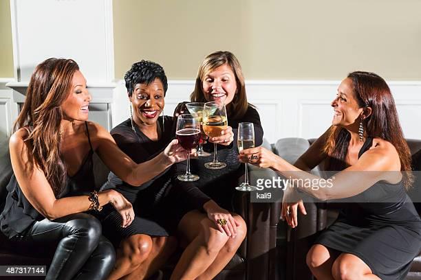 Vier Rassen Frau in party erhöhen Gläser für toast