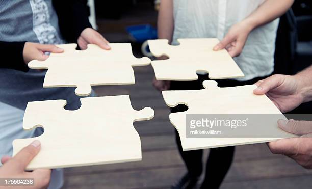 Vier Personen, einen großen puzzle